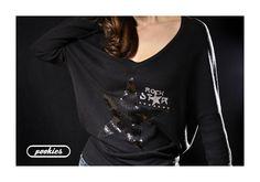 Suéter R ☆ C K S T A R  Suéter oversize de manga murciélago con estrella negra de lentejuelas, letras y tachas-estrella plata.  L E N T E J U E L A S ✮ G L I T T E R ✮ T A C H A S