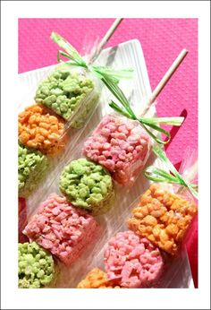 Wooden Dessert Skewers with Rice Krispies Treats Snacks Für Party, Party Treats, Holiday Treats, Party Favors, Wedding Snacks, Shower Favors, Birthday Treats, Easter Treats, Favours