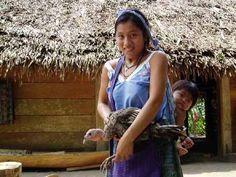 Maman + enfant.  Les familles d'indiens, composée de nombreux enfants nous accueillent en riant. Quelques hommes parlent l'espagnol, mais la langue parlée est le Quiché. Ils sont pêcheurs, planteurs de maïs (base de leur alimentation), et se partage la modique somme de 100 quetzals par mois (soit environ 12 euros) grâce à la vente de leur production à Livingston.