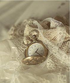 Vintage Accessoires, Old Clocks, Antique Clocks, Pearl And Lace, Linens And Lace, Shades Of White, Estilo Retro, Vintage Lace, Vintage Soul