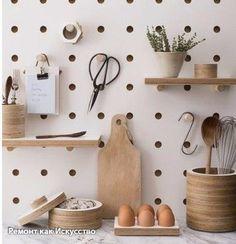 Стильная доска, которую очень можно сделать самостоятельно. Будет стильно смотреться на кухне, в прихожей, в гостиной — да, впрочем, она подойдет для любого помещения.