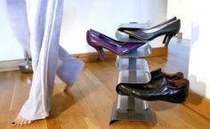 Una piccola e leggera scarpiera in verticale per 7 paia di scarpe dal #design semplice, ma elegante. Può essere posizionata a terra oppure, rimuovendo la base, fissata a muro #homedecor  http://paperproject.it/rubriche/design/interior-d/5-must-have-rendere-comoda-casa/