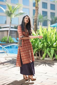 Salwar suits are the most ethnic wear in the fashion world after saree. Here are 10 tips to style salwar suits and be the center of attention. Kurti Designs Party Wear, Kurta Designs, Blouse Designs, Casual Indian Fashion, India Fashion, Women's Fashion, Indian Attire, Indian Ethnic Wear, Indian Dresses