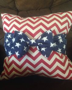 of July bow throw pillow covers! These are suck cute patriotic decorations! Fourth of July crafts Fourth Of July Decor, 4th Of July Decorations, 4th Of July Party, July 4th, 4th Of July Ideas, 4th Of July Wreaths, Holiday Decorations, March, Patriotic Crafts