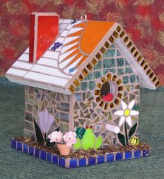 Casa de pájaros decorada con mosaicos.                                                                                                                                                      Más