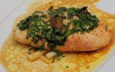 O chef Claude Troisgros prepara um peito de frango recheado com queijo cottage ao lado de Edson Celulari.