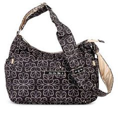 Ju-Ju-Be HoboBe hoitolaukku Licorice Twirl  Onko se käsilaukku vai hoitolaukku? Emme tiedä, mutta eikö se kuulostakin hauskalta? On yhtä hauskaa (tai jopa enemmän) kantaa sitä! Siihen mahtuu vauvan tavarat loistavasti. Ja kun et enää tarvitse hoitolaukkua, ota mukana tuleva vaipan vaihtoalusta pois ja sinulla on täydellinen käsilaukku. Eikö olekin joustavaa ja hauskaa? Ole itsesi ja enemmänkin HoboBen kanssa …