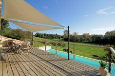 Gîte Petit Paradis, vaste terrasse surplombant la piscine et la vallée