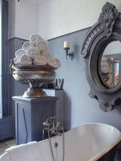 amazing urn on pedestal for storing towels.amazing mirror too. Shabby Chic Romantique, Baños Shabby Chic, Shabby Chic Kitchen, Grey Bathrooms, Beautiful Bathrooms, Luxurious Bathrooms, Silver Bathroom, Bathroom Modern, Decoration Inspiration