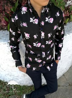 Camisa Negra de Gabardina para hombre flores rosas, diseño exclusivo de Tiendas Platino Pant Shirt, Shirt Dress, African Wear, Ankara Styles, Printed Shirts, Spring Fashion, What To Wear, Men Casual, Menswear