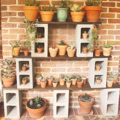 40 Quick, Creative and Functional Ways to use Cinder Blocks - Home-dsgn Backyard Patio, Backyard Landscaping, Desert Backyard, Modern Backyard, Backyard Ideas, Cinder Block Garden, Cinder Blocks, Diy Plant Stand, Low Maintenance Garden