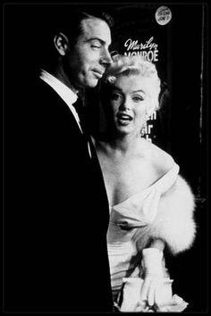 """1er Juin 1955 / (PART III) Marilyn, alors divorcée de DiMAGGIO, se rend avec son ex-mari à la Première du film """"The seven year itch"""" ; double événement puisqu'en ce jour Marilyn fête également ses 30 ans. Joe donna ensuite une soirée au """"Toots Shor's"""", en son honneur, qui fut un échec, car une colère de Marilyn gâcha la soirée."""