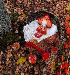 """Помните сказку """"Морозко""""? Как старуха велела мужу отвезти Настьку в лес, а старый пень вместо того чтобы дать ей в ответ затрещину (или уйти вместе с дочерью на съемную избу) покорно оставляет своего ребенка в лесу. Сложно не думать об этом когда тащишь корзину с куклами на опушку сырого осеннего леса: темень, хоть и середина дня, густой туман, ветрище, а уж эти звуки из чащи.. Летом всё выглядит наименее зловеще, хотя ближе к вечеру тоже, знаете ли, не для слабонервных. Быстро фотографирую…"""
