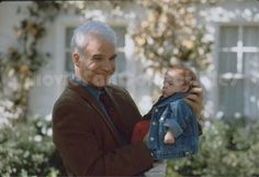 Steve Martin with baby Father of the Bride Part II Press Kit Slide