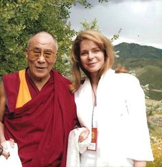 Her Majesty Queen Noor with Past Living Peace speaker His Holiness the XIV Dalai Lama Queen Noor, Jordan Royal Family, Buddha Buddhism, How Many People, Royal Jewels, Princess Mary, Dalai Lama, Change The World, Everyday Fashion