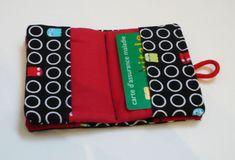Porte-cartes : le tutoriel  Inspirédu porte-cartes de visite, j'ai fait celui-ci plus grand pour pouvoir y mettre des cartes de toutes sortes. Pour réaliser ce porte-cartes il faut : 2 rec…