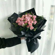 16 Ideas for flowers bucket plants Boquette Flowers, How To Wrap Flowers, Luxury Flowers, Planting Flowers, Wedding Flowers, Flowers Bucket, Flower Bouquet Diy, Red Rose Bouquet, Bouquet Wrap