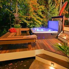 Acogedor Jacuzzi Exterior En Deck De Madera. Ideal Para Relajarse En  Contacto Con La Naturaleza