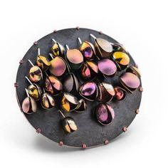 Pour l'exposition Titanesque, certains créateurs nous viennent de loin : Meghan O'Rourke nous propose depuis l'Australie des bijoux de titane qui reflètent sa fascination pour les couleurs et les effets d'optique.