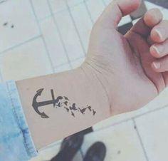 Tatuaż na nadgarstku-kotwica