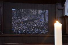 Er hangt een foto van The Passion in de Sint Joris Tsjerke