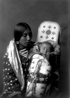 Crow Mother and Child, Restored Reprint of Vintage Native American Photograph by Edward Curtis Native American Children, Native American Images, Native American Tribes, Native American History, American Indians, American Life, Edward Curtis, Sioux, First Nations