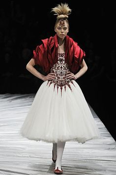 Alexander McQueen Fall 2008 Ready-to-Wear Fashion Show - Amanda Laine