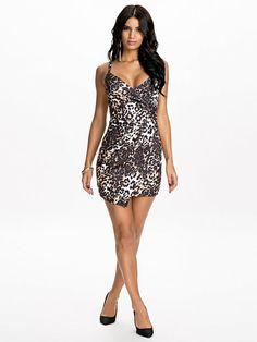 306e38b7610b Draped Asymmetrical Dress - Oneness - Leopard - Festkjoler - Tøj - Kvinde -  Nelly.com