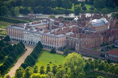 Aerial view Aerial view of Hampton Court Palace - Jason Hawkes Aerial Photography English Castles, Scottish Castles, Beautiful Castles, Beautiful Buildings, Beautiful Places To Live, Medieval, Ancient Buildings, Hampton Court, Buckingham Palace