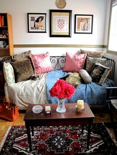 Bohemain+living+room+with+lots+of+pillows+and+patterned+rug