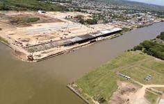 Obras en la terminal de contenedores del Puerto La Plata: Scioli realizó un relevamiento aéreo de las obras de construcción de la primera terminal de contenedores en el Puerto La Plata, que representa un avance trascendental en materia de infraestructura portuaria en la región del Río de la Plata y para el impulso del comercio exterior del país.