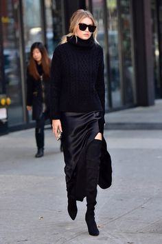 View Gigi Hadid is seen on the streets of New York City, Dec. pictures and other Gigi Hadid Is Beautiful in All Black photos at ABC News Style Noir, Mode Style, Style Blog, Style Gigi Hadid, Gigi Hadid Fashion, Quoi Porter, All Black Outfit, Black Outfits, Dress Black