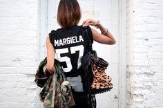 """Há algumas temporadas, Isabel Marant deu início à moda das camisetas numeradas. Na """"onda"""" do modismo, o modelo """"Team"""", da marca nova-iorquina Les Plus Dorés, está também agora por todos os lugares. é um apoio e uma homenagem sutil a alguns estilistas, com seus nomes e ano de nascimento estampados em camisetas de futebol americano. …"""