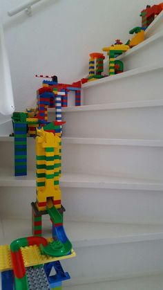 Marble run on stairs! Watch the video Marble track hubelino duplo lego play marble runs marble diy building kugeln kugelbahnen play build creative toys toys toy kids children funny tough diy educational motor skills Lego For Kids, Diy For Kids, Crafts For Kids, Lego Craft, Lego Lego, Lego Batman, Diy Pour Enfants, Imagination Toys, Lego Instructions
