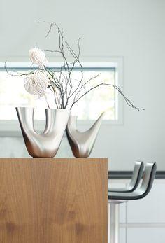 Elegancka i nowoczesna konewka z serii Bocina niemieckiej marki Auerhahn. Produkt został zaprojektowany przez Mikaela Dorfela. Konewka została wykonana z wysokiej jakości stali nierdzewnej o matowym wykończeniu. Jej oryginalny kształt świetnie dopasowuje się do wnętrza dłoni, tym samym zapewniając stabilny uchwyt. Drugi bok konewki zakończony jest cienkim wylotem, umożliwiającym precyzyjne podlewanie kwiatów.