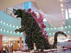 Memorable Godzilla Christmas Tree designed to look like the famous giant monster. Back in the year this amazing Godzilla shaped Christmas Tree was displayed at the Aqua City Odaiba shopping mall in Tokyo, Japan. Funny Baby Images, Funny Pictures For Kids, Funny Kids, Fail Pictures, American Funny Videos, Funny Cat Videos, Humor Videos, Funny Dresses, Indian Funny