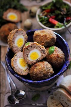 Chiftele umplute cu oua de prepelita reteta. Ingrediente si mod de preparare chiftele umplute cu ou. Chiftele umplute pentru gustare sau picnic.