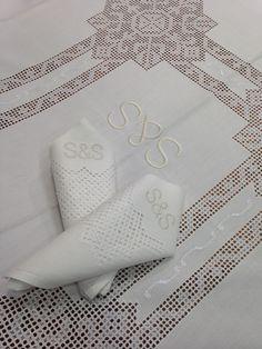 """Mantel de Lagartera Bordado A MANO. El más clásico de los manteles de Lagartera, se denomina LOS PICOS. Bordado en """"deshilao"""" color blanco, formando un dibujo de estrella de picos. Confeccionado en tela de Panamá de fácil planchado (Hilo de tergal 100%), pero es posible bordar este mantel en hilo, más tradicional y en cualquier tamaño. 8, 12 o 18 Servilletas incluidas según tamaño. Producto fabricado en España. www.lagarterana.com"""