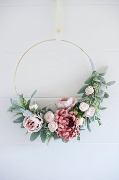 10 Handmade Fall Wreaths (Shabby Art Boutique) Personally, I've chosen to live a handmade and creative life and in a world where most things are massed produced, it's really nice to to make, own and buy uniquely handmade products. Easy Fall Wreaths, Diy Fall Wreath, Summer Wreath, How To Make Wreaths, Holiday Wreaths, Winter Wreaths, Spring Wreaths, Deco Mesh Wreaths, Door Wreaths