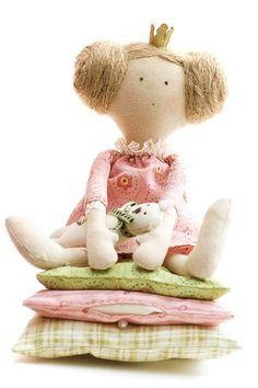 Eine Puppe nähen kann ganz einfach sein. Die Anleitung beschreibt, wie Sie eine Puppe aus einem bzw. 2 Teilen nähen können und ein schönes Püppchen bekommen