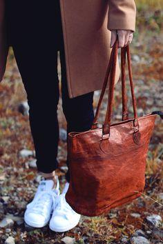 """Für den Shoppingtag erweist sich """"Therese"""" als die perfekte Begleiterin für unterwegs. Im angesagten College-Vintage-Style ist sie ein wahrer Blickfang in der Shoppingmeile - Ledershopper - Gusti Leder - H14"""