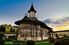 Sucevița Monastery - Bucovina, Romania (photo via Diego Elorza) Romania Facts, Places To See, Places Ive Been, Church Architecture, Medieval Town, Vacation Spots, Travel Around The World, Wonderful Places, Beautiful World