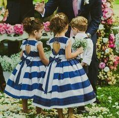 {#inspiração} Daminhas lindas com vestidos listrados! Ainda tem decote coração nas costas! É muito amor! ❤️  #daminhas #damadehonra #vestidoparadaminhas #daminhascasamento #casamento #quemcasaquerdicas