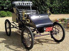 Stanley Model CX et BX, voiture routière de 1904  La Stanley Model CX et BX - Drop Front Runabout, ce véhicule de collection fut fabriqué de 1904 à 1905, carrosserie ouvert à 2 places - 2cyl - 6cv - 350 PSI.