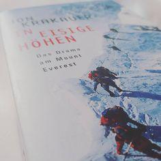"""Der Mount Everest zieht viele Bergsteiger an, er fordert aber auch viele Menschenleben. Jon Krakauer hat mit seinem Buch """"In eisige Höhen"""" das grösste Drama am Mount Everest sehr bewegend festgehalten. #buch #berge #bergsteigen #mounteverest #drama Mount Everest, Drama, Books, Mountain Climbers, Mountains, Literature, Adventure, Libros, Book"""