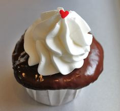 Chocolate cupcakes topped with ganache, buttercream frosting. Sundae Cupcakes, Baking Cupcakes, Yummy Cupcakes, Cupcake Recipes, Cupcake Cakes, Dessert Recipes, Heart Cupcakes, Valentine Cupcakes, Rose Cupcake