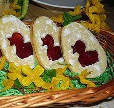 Z těsta vyválíme a vykrajujeme formičkou vajíčka. Jinou menší formičkou (kačenka, zajíček, beránek) vykrajujeme středy. Polovina vajíček zůstane... Linzer Cookies, Easter Cookies, Easter Cake, Easter Recipes, Good Food, Food And Drink, Mexican, Sweets, Cooking