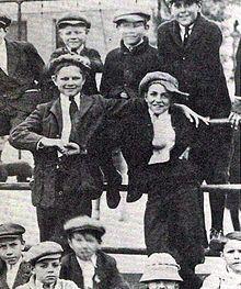 Walt Disney — Wikipédia Walt Disney (a droite au centre), lors d'un rassemblement de livreurs de journaux a Kansas City en 1912