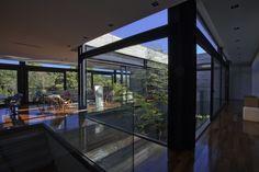 Casa | LM | : Corredores, halls e escadas modernas por Marcos Bertoldi