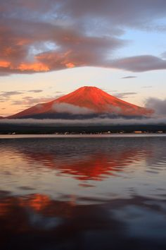 Red and brilliant Mt. Monte Fuji Japon, Fuji Mountain, Mont Fuji, Japan Holidays, Aesthetic Japan, Japanese Landscape, Water Reflections, Japan Travel, Nice View